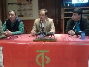 De izda. a dcha., Santiago Campo, presidente del taurino peraltés, el ganadero Jesús Cobaleda y Juan Antonio Burdaspar, secretario de la entidad taurina.