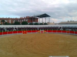 La plaza de toros instalada en Villafranca tiene una capacidad para mil doscientas personas.