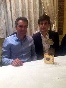 Sergio Sánchez y Javier Marín, en Alfaro con uno de los trofeos recibidos.