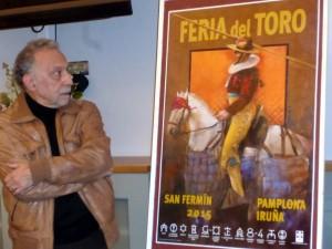 Vicente Arnás muestra su cartel, que anuncia la próxima Feria de San Fermín.