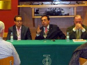 De izqda. a dcha., Mariano Pasacal, Domingo Delgado de la Cámara y Juan Ignacio Ganuza, en un momento de la conferencia sobre Manolete.