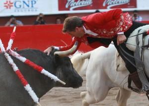 Adorno de Hermoso, sobre 'Pirata', frente a un toro de Los Encinos en Aguascalientes.
