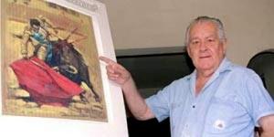Reynaldo Torres ante una de sus obras.