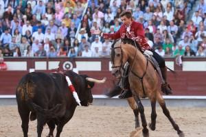 Hermoso toreando ayer en Las Ventas al segundo de su lote sobre 'Ícaro'.