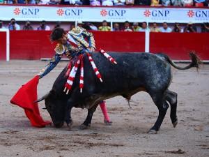 Derechazo largo de José Tomás a su segundo, al que le cortó las dos orejas. Fotografía: Emilio Méndez.