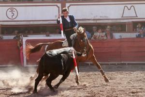 Hermoso a punto de clavar una banderilla montando a 'Dalí', que fue uno de los caballos más destacados en la plaza de Saltillo.