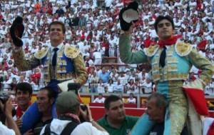 El Juli y Perera saliendo a hombros en la plaza de Pamplona.