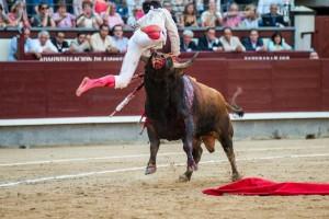 Gonzalo Caballero entró a matar sin muleta al cuarto y salió del embroque volteado. Fotografía: Fran Jiménez.