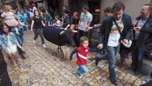 Un momento del encierro simiulado, celebrado ayer por las calles del Casco Viejo de Tudela. Fotografía: Nuria G. Landa.