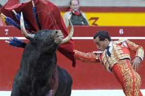 Pase de pecho de Fandiiño a un toro de Jandilla el año pasado en Pamplona.