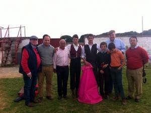 En el centro de la imagen, Francisco Marco en Raso del Portillo, junto a El Gallo, los ganaderos y algunos aficionados.