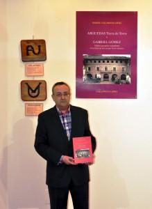 Ramón Villanueva, en La Capilla de Arguedas, muestra su nuevo libro.