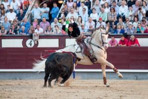 Diego Ventura, en la imagen clavando un par a dos manos a su primero ayer en Las Ventas, protagonizó una muy buena actuación. Fotografía: Fran JIménez.