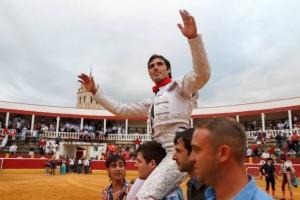 Javier Antón afrontará en Tafalla su segunda actuación de luces como matador de toros. En la imagen, saliendo a hombros el día de su alternativa, en septiembre de 2013.