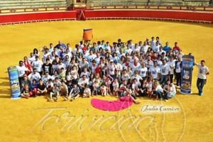 Los socios de Lodosa por el Toro posan en el ruedo de la plaza de toros. Fotografïa: Joseba Carnicer.