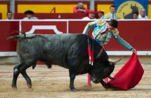 Natural de Diego Urdiales a un toro de Adolfo Martín el año pasado en la plaza de Pamplona.