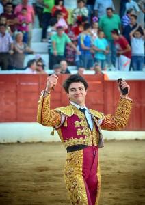 Toñete pasea en triunfo las dos orejas logradas en Santisteban del Puerto.