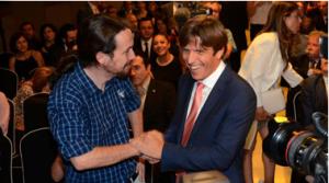 Pablo Iglesias y El Cordobés conversan durante la entrega de premios.