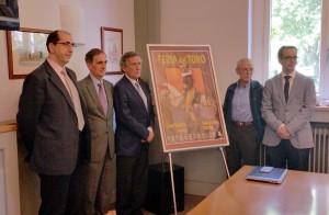 La comisión taurina de la Casa de Misericordia, esta tarde, ante le cartel anunciador de la Feria de San Fermín.