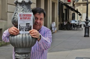 Koldo Larrea muestra su libro cerca del bar Niza, donde se encontraba la plaza de toros vieja. Fotografía: Pachi Calleja.