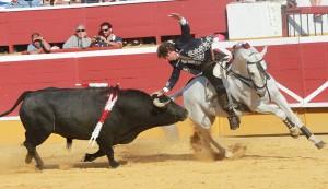 Hermoso de Mendoza, sobre 'Pirata', adornándose ayer en la plaza de toros de Soria.