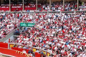 Tendidos llenos en la plaza de toros de Pamplona.