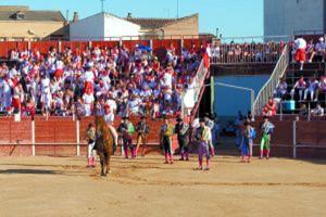 Paseíllo en la plaza de toros de San Adrián.