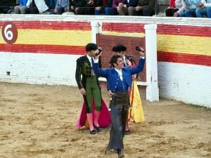 Armendáriz pasea en triunfo las dos orejas del cuarto en la plaza de Sahagún.