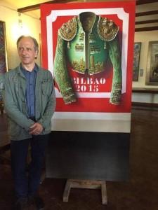 Javier Riaño junto a su obra, que anuncia la Semana Grande de Bilbao.