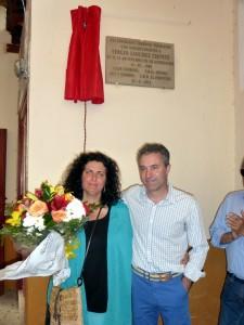 Bajo la placa en su honor, Sergio Sánchez con su esposa, Laura Abad.