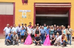 Los socios del Club Taurino Casta Brava de Arguedas en la finca La Serna de Jesús Macua.