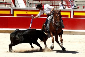 Un momento de la clase práctica que ofreció Roberto Armendáriz en la plaza de Pamplona.