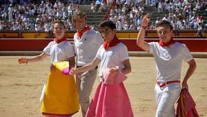 Bonel, Ruiz y El Luri con Escribano dando la vuelta al ruedo. Fotografía: Ninja Felske de (ArteTaurino.de).