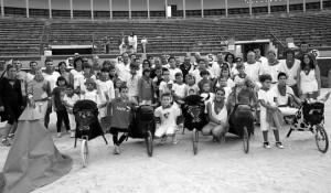 Profesores y alumnos en la plaza de Tudela. Fotografía: Blanca Aldanondo.