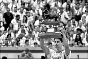 Cristian Blanco levanta el trofeo de ganador del concurso. Fotografía: Javier Sesma.