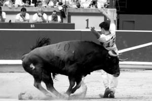 Cristian Bllanco quiebra a uno de los toros. Fotografía: Javier Sesma.