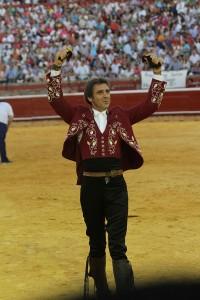 Hermoso muestra triunfal en Huelva las dos orejas conseguidas del cuarto del festejo.