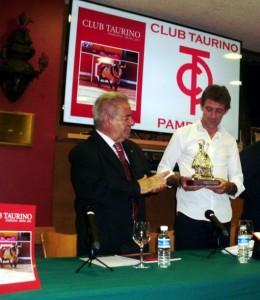 El vicepresidente del club, José María Sevilla, entregó a Hermoso una imagen en plata de San Fermín.