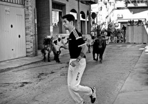 Los mansos reconducen al novillo colorado por la calle Delicias. Fotografía: Gener.