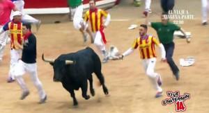 El corredor valenciano y, detrás, el pastor, en el encierro del 12 de julio del año pasado.