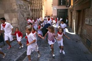 Los niños disfrutan corrieno delante de los toros con ruedas. Fotografía: Nuria G. Landa.
