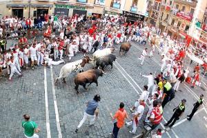 Los toros de Fuente Ymbro a su paso por la Plaza dle Ayuntamiento. Fotografía: Larrión y Pimoulier.