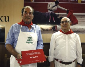 Antonio Miura con el premio al 'Toro más jugoso', acompañado por Pablo Jiménez, presidente del Gazteluleku. Fotografía: Efe.