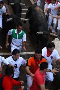 Los toros a su paso por Estafeta. Fotografía: Enfoque Taurino.