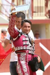 Manolo de los Reyes saluda con la placa recibida en Orthez.
