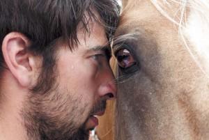 Pegado a sus caballos. Fotografía: Iván Benítez.