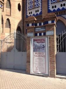 Cartel anunciador del museo taurino de la plaza de Barcelona que ha sido destrozado.