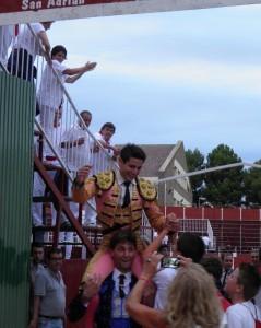 Salida triunfal a hombros de Quinito en San Adrián. Fotografía: Isabel Virumbrales.
