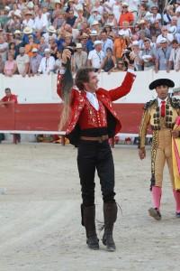 El jinete estellés consiguió en la plaza de Mejanes el segundo rabo de su temporada. Fotografía: pablohermoso.net