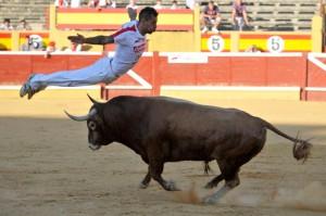 Un recortador ejecuta el saltode ángel en la plaza de Tudela.